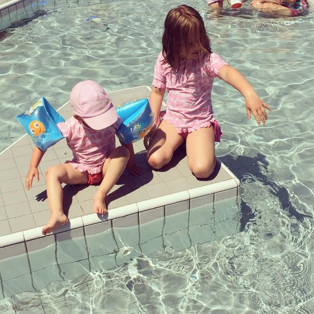 Zondag gingen we met zn allen naar het zwembad.