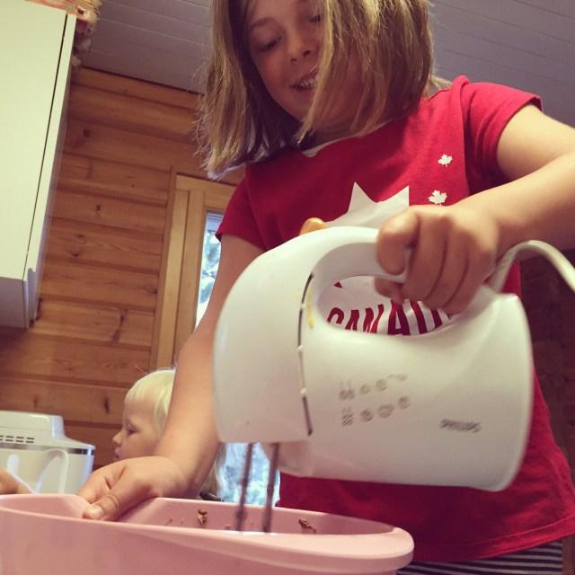 Vrijdagochtend bakte we een chocoladecake! We kregen hoog bezoek <3 Danielle kwam met zoontje Sven langs, heel gezellig!