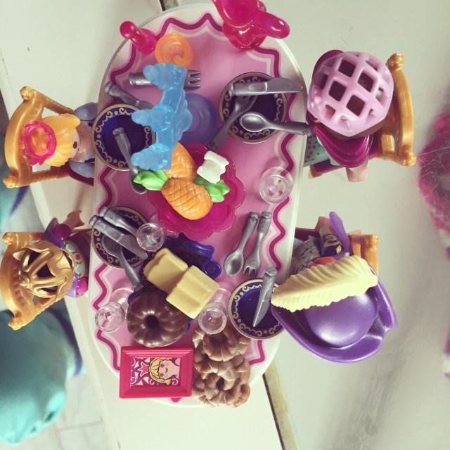 Eva dekte de tafel voor de playmobil popjes
