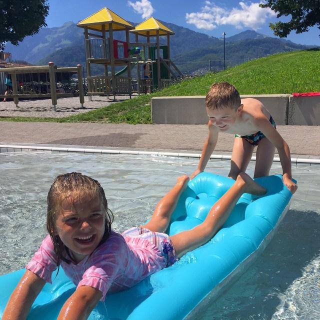 Woensdag liggen we de hele dag in het zwembad!