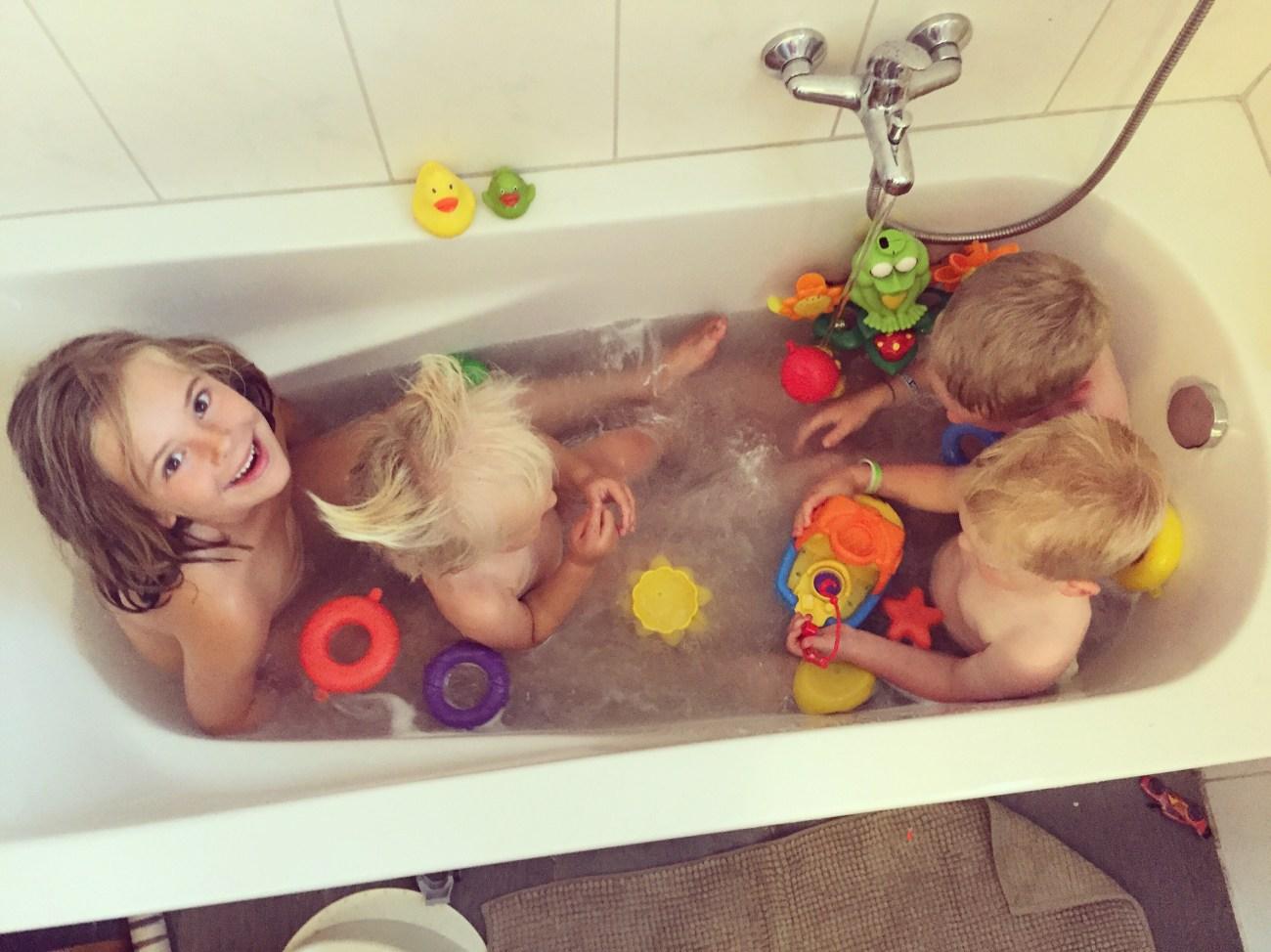 Daarna mikten we ze gewoon lekker in bad. Past net.