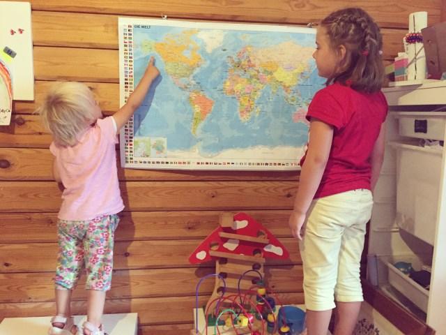 Ik hang een wereldkaart op, de kinderen zijn enthousiast. Ik niet, ik dacht dat hij heel veel groter was :|