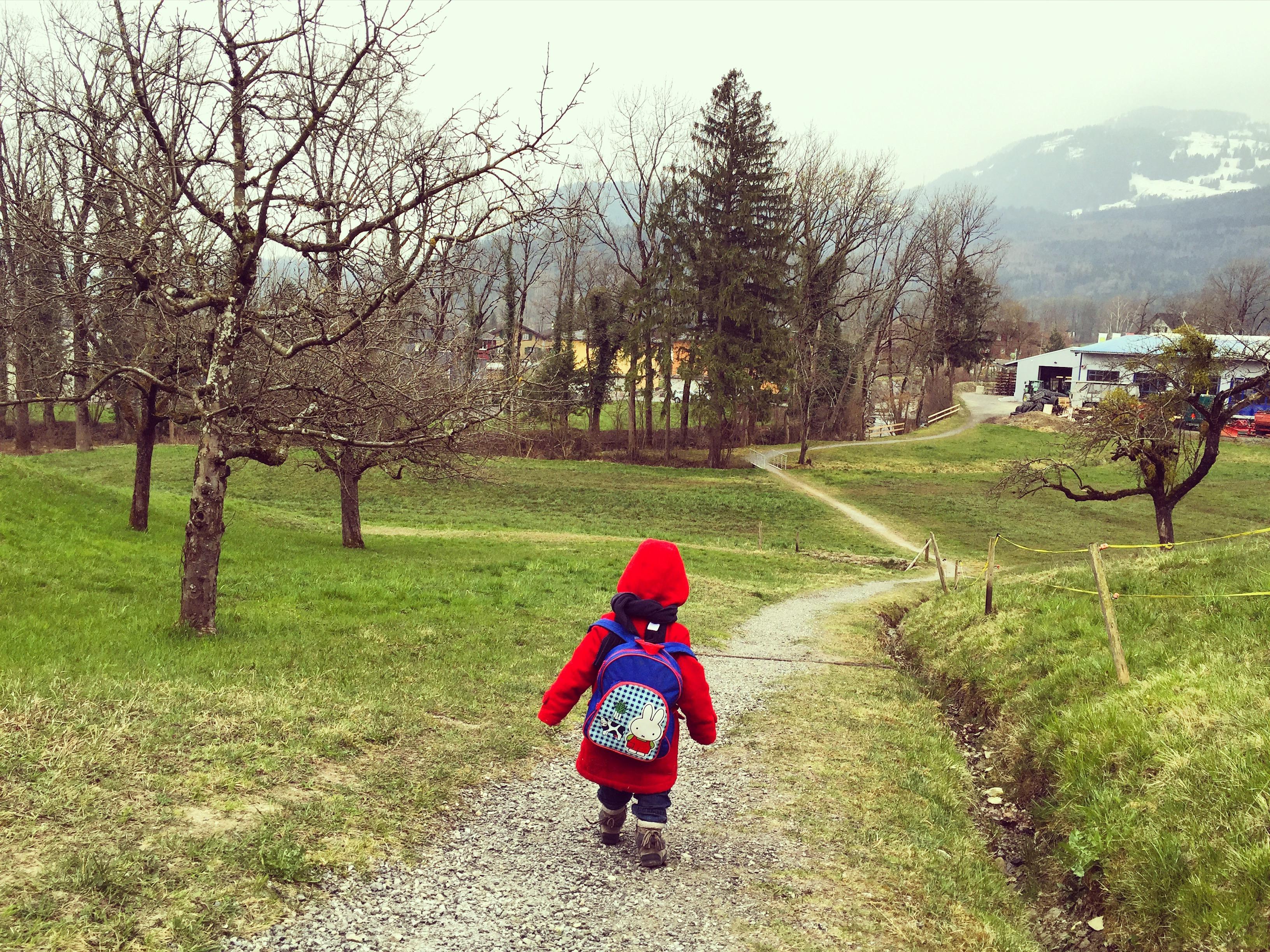 Omdat ze de hele woensdagochtend met haar rugzakje loopt te verkondigen dat ze naar school gaat, besluit ik even een stukje met haar te wandelen.