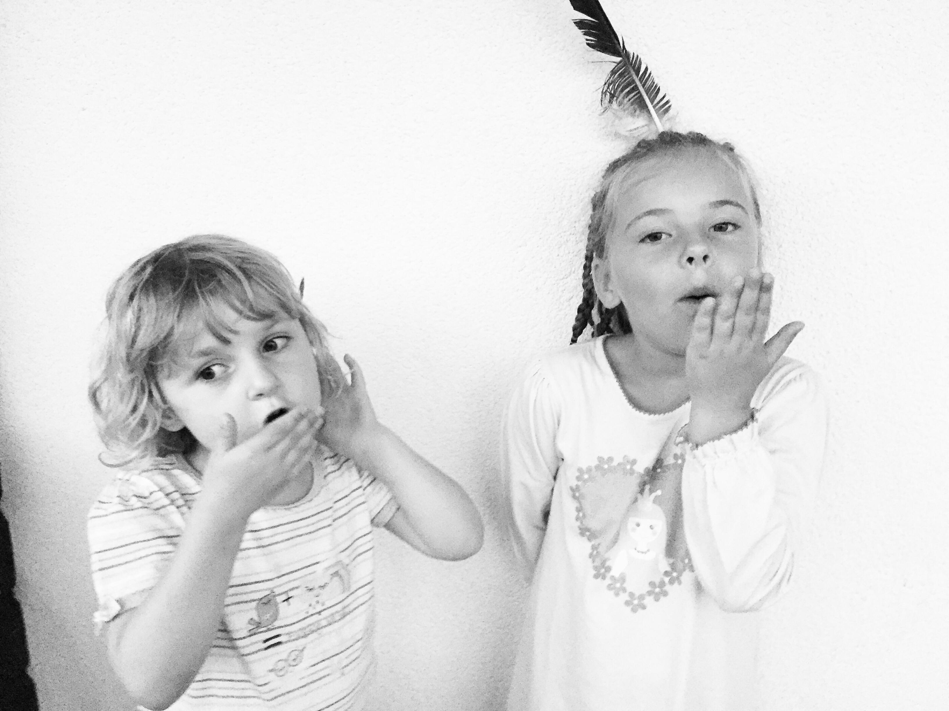 Thuis speelden de kinderen indiaantje. Liza reageerde droof: hee, zwarte piet!
