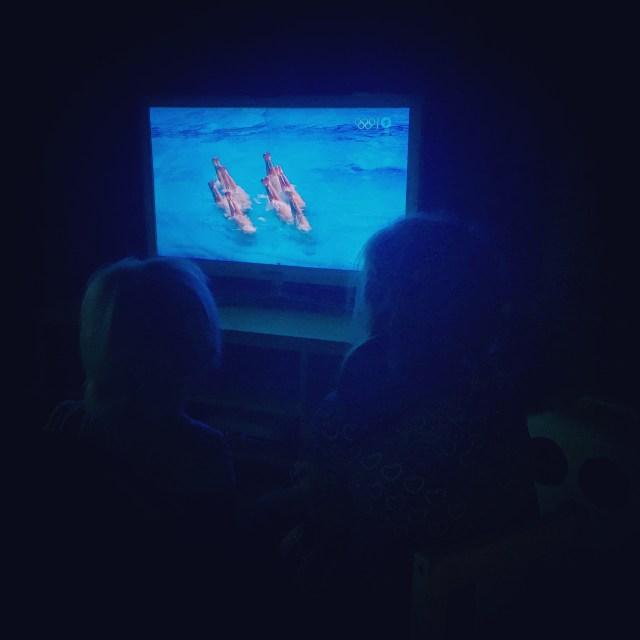 We sloten de avond af met een opgenomen wedstrijd Synchroonzwemmen. Vonden de meiden leuk :)