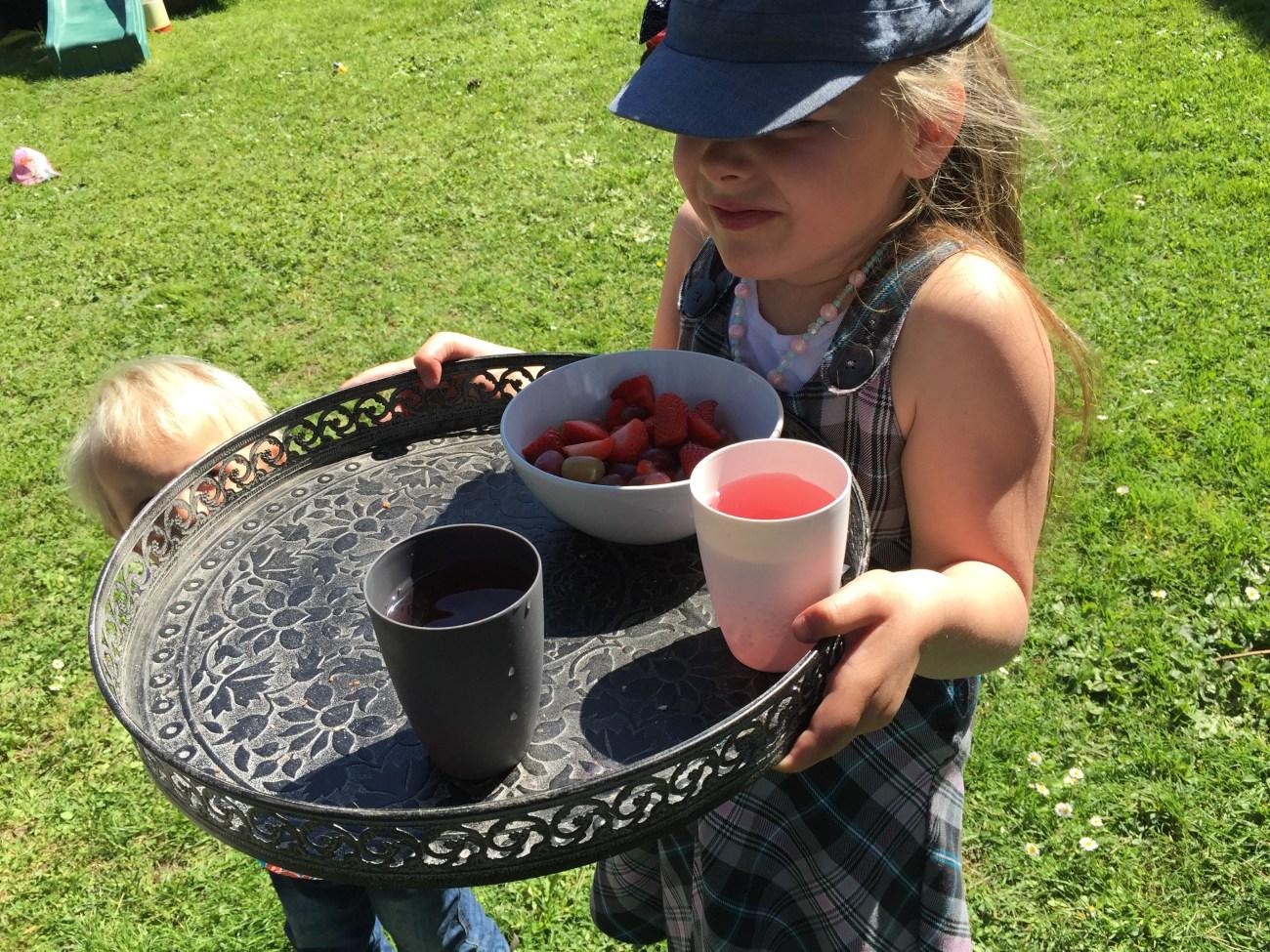 Als we in de tuin zijn, dan staat Eva het liefste in de keuken om wat lekkers te maken. Ze vindt het zo gezellig. Voordat ze met het fruit aankwam, had ze eerst al chocola klaargemaakt ;)