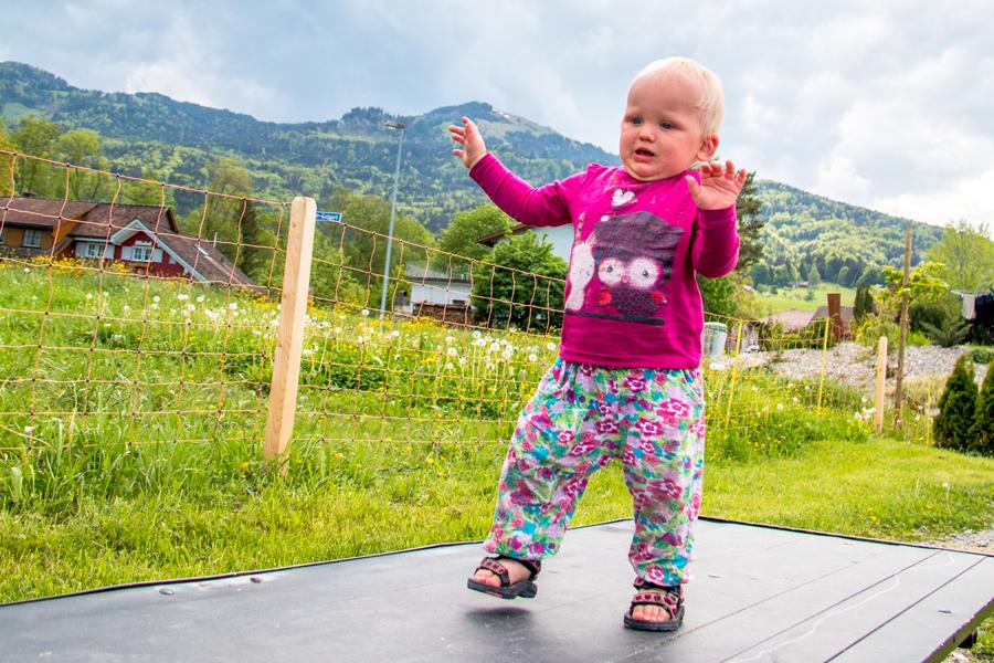 Aan het eind van de middag gingen we nog even naar de speeltuin en klom Liza vol enthousiasme op een wipwap-plank. Heen ging goed, terug was toch wel wat spannend!