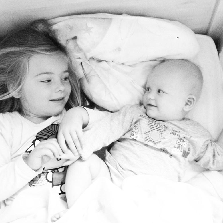 Zo begon de zaterdagochtend! Als ik ga douchen dan zet ik Liza vaak bij Eva in bed en dan hebben ze de grootste lol!