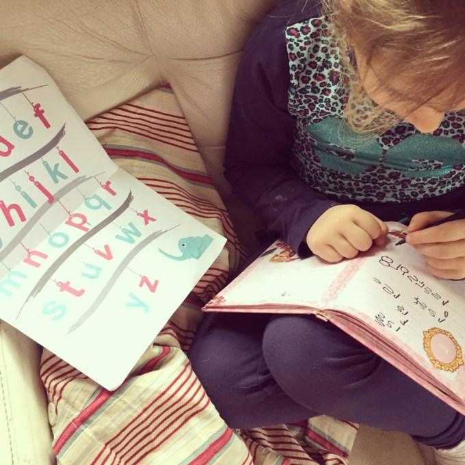 Woensdag heeft Eva stiekem haar vriendenboekje mee naar school genomen om erin te schrijven. Thuis gaat ze ermee verder Binnenkort de juf maar eens vragen wat wijsheid is.