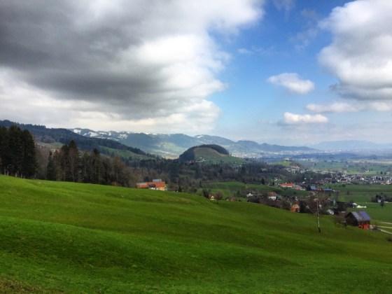 Zondagochtend lopen we een rondje met de hond. Lekker de berg op en dan heb je natuurlijk dit uitzicht!