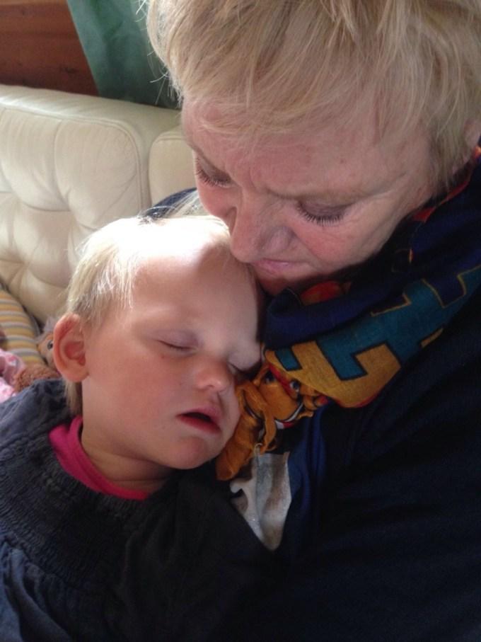 Liza besluit niet te gaan slapen en tukt bij oma. Dat tukt ook veel lekkerder!