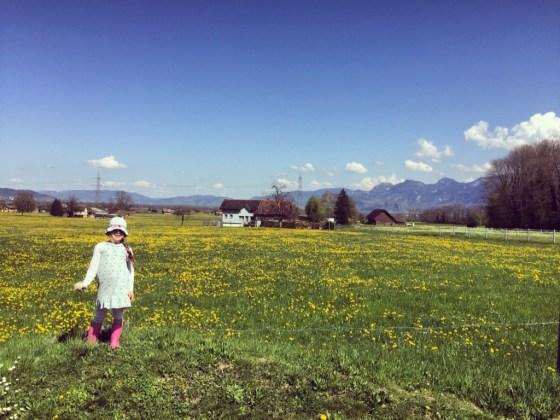 Eva vermaakte zich met bloemen plukken.