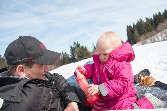 Zondag gaan we naar de Pfänderberg, zoeken we de sneeuw op. Liza heeft inmiddels ontdekt hoe 'puzzelen' werkt.