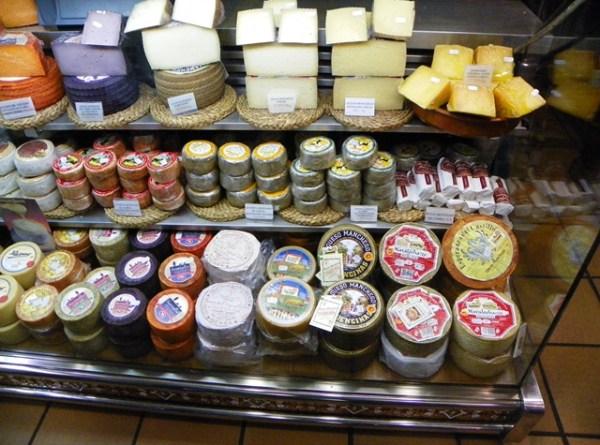 Фиолетовый сыр на улице Calle Comercio