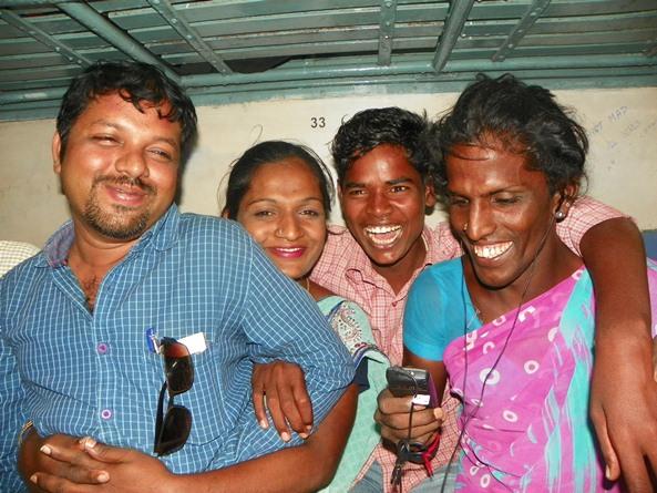 Веселая компания в индийском поезде