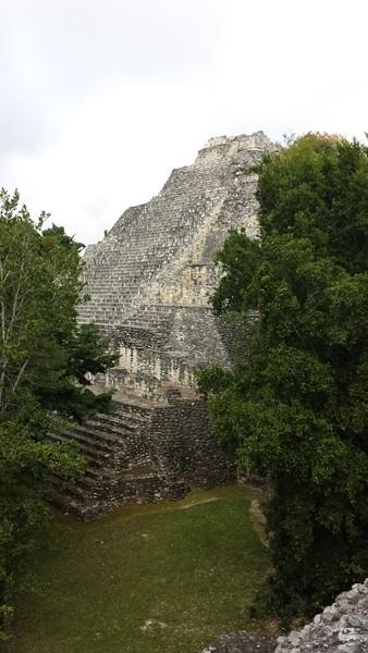 Вид на пирамиду со Структуры VIII