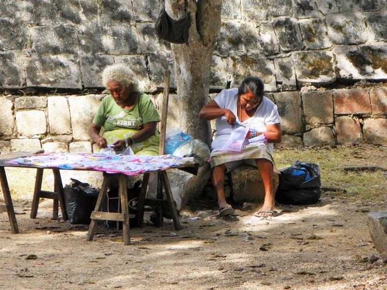 Потомки майя заняты изготовлением сувениров возле Чичен-Ицы