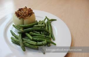 Gefüllte Zwiebel mit grünen Bohnen
