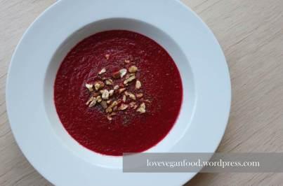 Rote Beete Suppe mit gerösteten Nüssen