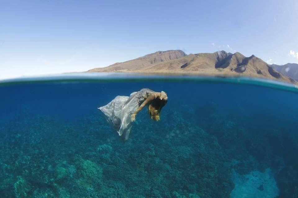 underwater-trash-the-dress-portrait