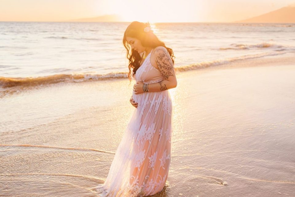 Maui babymoon guide for pregnant women visiting Hawaii for their maternity portraits