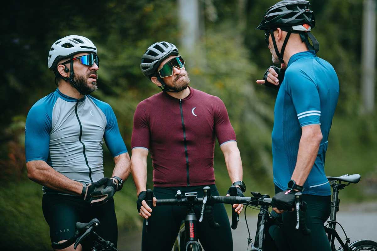 personnes discutant en vélo