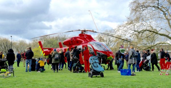 Helicopter ambulance in London Fields E8 © David Altheer 230416