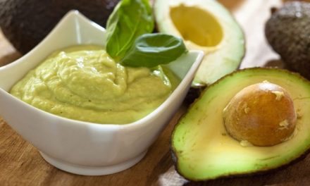 Maionese de abacate low carb para lanches e saladas