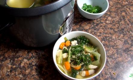 Sopa low carb de frango com legumes