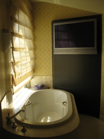 Planet Hollywood Room 2339 bathtub and 42-inch TV