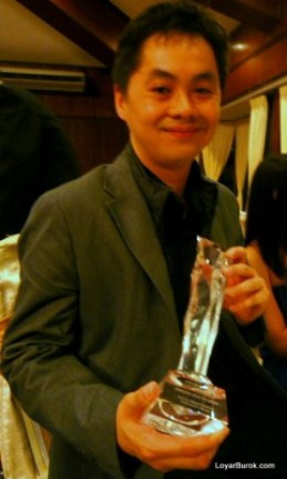 Edmund Bon with his award