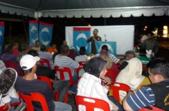 Cikgu Faris taking his time in persuading the people to vote for Pakatan.