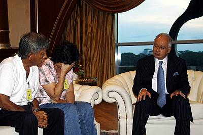 Teoh's parents at a meeting with the Prime Minister, Najib Razak. (Source: themalaysianinsider.com)