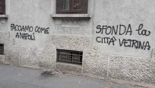 Scritte contro il coprifuoco sui muri di Milano (foto di Repubblica)