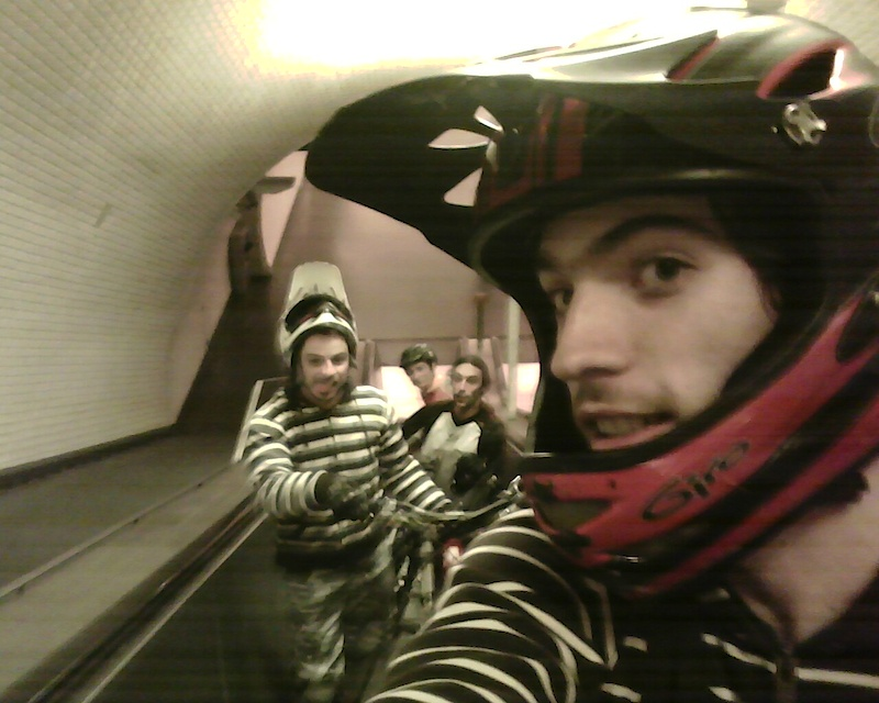 "Zé ""Maradu"", Vodka, Montez e Filipe/ Ride By Night - using stairs at Metro as shortcup"