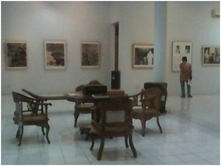 "Seorang pengunjung tengah melihat-lihat pameran Teks dan Foto ""Sekitar Kemerdekaan"" di Bentara Budaya Yogyakarta."