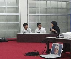 Dari kiri, Sungging Raga dan Royyan Julian didampingi moderator membedah cerpen Asef (foto: Dwi Rahariyoso).