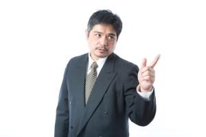 指指しをする中年男性