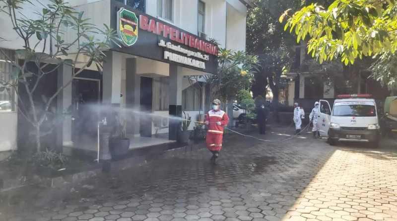 Foto : Disinfeksi simpul-simpul keramaian di Purwakarta.
