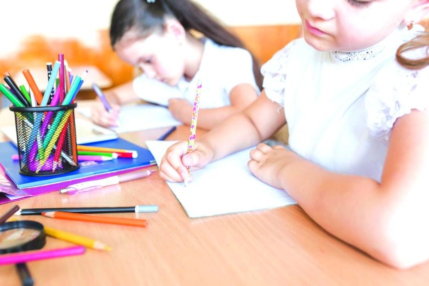 c1 menina-escrevendo