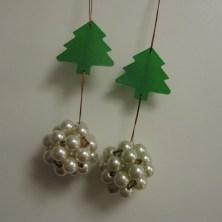 Julepynt med perlekugler, og juletræer af krympeplast