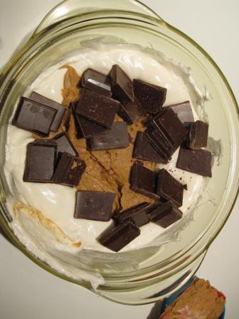 Ingredienserne til peanutbutter fudge/kage/slik puttes i en skål