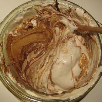Ingredienserne til peanutbutter fudge/kage/slik opvarmes i mikroovn og blandes sammen