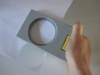Udstansning af cirkler til en papir bold