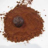 hjemmelavet konfektkugle rullet i kakao