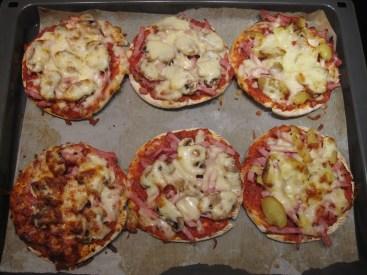 De færdigbagte små minipizzaer