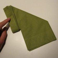 Fold servietter som en vifte - bagsiden foldes på skrå