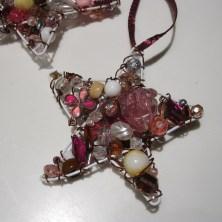 Lyserøde julestjerner af perler