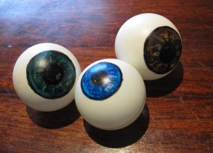 Øjne malet på bordtennis bolde - Hjemmelavet halloween pynt