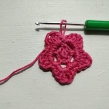 Opskrift på en nem lille hæklet blomst